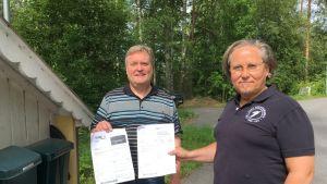 Arto Kivekas ja Jouni Taskinen saavat erikokoiset laskut vierekkäin oleviin postilaatikoihin.