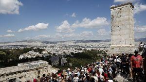 Turisteja Akropolis-kukkulalla huhtikuussa 2017.