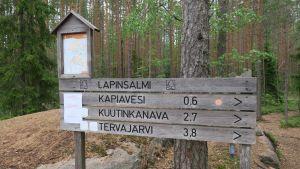 opastauluja Repoveden kansallispuistossa Lapinsalmella