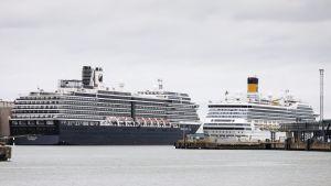 Holland America Line yhtiön Zuiderdam -alus (vas.) ja Costa Crociere S.p.A yhtiön Costa Magica -alus Hernesaaressa Helsingissä 2. heinäkuuta 2018.