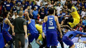 Aasian MM-koripallokarsinnassa nähtiin ruma joukkotappelu