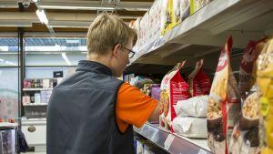 Teemu Leinonen ahertaa uusia tuotteita marketin hyllylle.