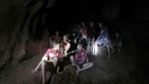 Kuvaa jalkapallojoukueesta luolassa.