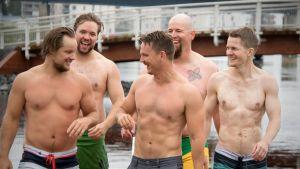 Nuoret miehet lounastauon uintireissulla