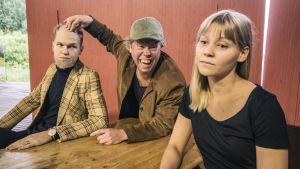Lauri Qvick, Tatu Siivonen ja Tiina Hakkarainen näyttelevät kohtausta Pertti-näytelmästä.