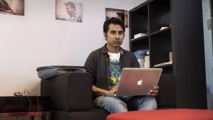 Bangladeshilainen ohjelmistokehittäjä Manzurul Haque harkitsee Suomesta lähtemistä. Hän on joutunut odottamaan työlupaa lähes vuoden.