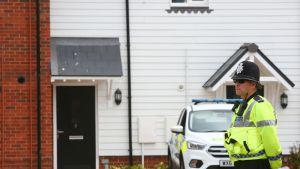 """Poliisi seisoo asuintalon edessä Amesburyssä josta  kaksi ihmistä oli toimitettu sairaalaan kriittisessä tilassa, kun he altistuivat """"tuntemattomalle aineelle""""."""