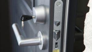 Ulko-oven lukko, jossa on avain.