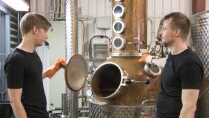 Ilkka Sopanen ja Nikke Ehrukainen valmistavat giniä.