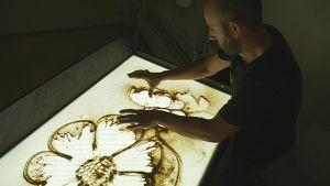 Amadeu Vives tekee hiekka-animaatiota perhosen metamorfoosista.