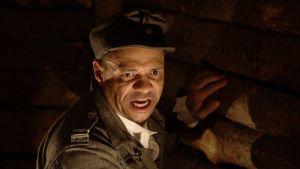 Henry Hanikka esitti Rokkaa Kansallisteatterin Tuntemattomassa sotilaassa vuonna 2007.