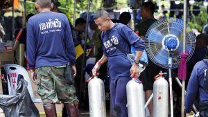 Thaimaan laivaston erikoisjoukkojen sukeltajia Tham Luangin luolan ulkopuolella.
