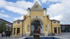 Veljmies-patsas Kuopion torilla.