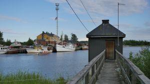 mareografi Haminassa Pitäjänsaarella, taustalla Tervasaari, Ilmatieteen laitoksen meriveden korkeutta mittaava asema