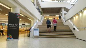 Asiakkaita Jyväskylän pääkirjaston portaissa.