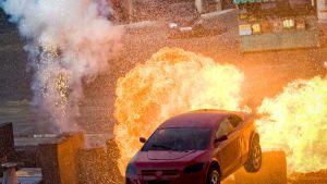 Auto ajaa tulen läpi