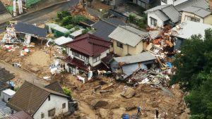 Useiden ihmisten kerrotaan jääneen maanvyörymien alle Hiroshimassa.