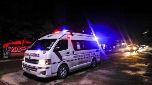 Ambulanssi vie pelastettua poikaa sairaalaan.