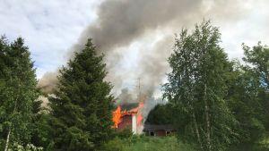 Vanha talo palaa.