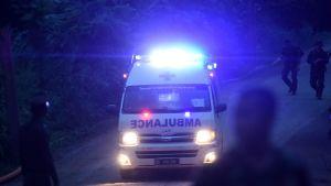 Ambulanssi lähtee luolan lähettyviltä.