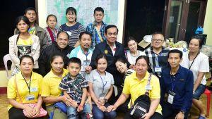 Perheenjäseniä ryhmäkuvassa.