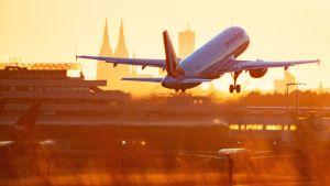 Lentokone nousemassa ilmaan.