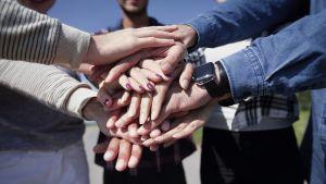 Nuoret kädet yhdessä