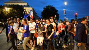 Fanit juhlivat Pariisissa