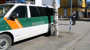 Rajavartiolaitoksen auto, poliisimies, rakennustyömaa