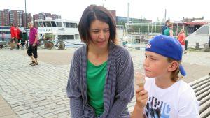 Anna ja Moritz Backman istuvat Laukontorilla Tampereella