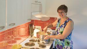 Nainen keittää puuroa.