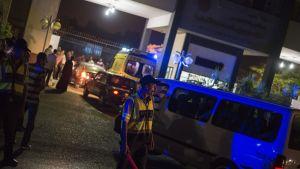 Kairon pohjoisosissa sijaitsevalle tehdasalueelle saapui useita ambulansseja ja paloautoja.