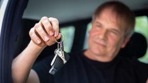 Kari Vaattovaara riiputtaa auton avaimia.
