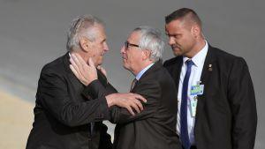 Jean-Claude Juncker tervehtii illallisvierasta