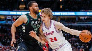 Milwaukee Bucksissa pelannut Jabari Parker (vas.) siirtyy Lauri Markkasen seurakaveriksi Chicago Bullsiin.