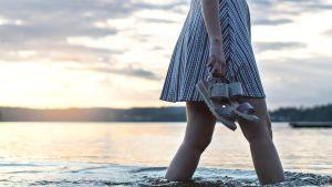 Nainen kävelee vedessä