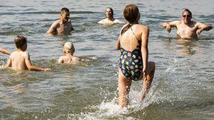 Auringonottajia Hietaniemen uimarannalla Helsingissä 12. heinäkuuta