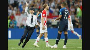 Kentälle juosseet Pussy Riot ryhmän aktivistit keskeyttivät hetkeksi Ranskan ja Kroatian välisen jalkapallon MM-loppuottelun Moskovassa sunnuntaina.