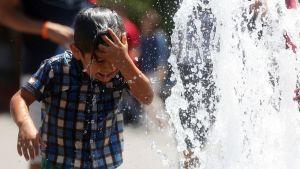 Poika viilentymässä suihkulähteessä Santiagossa Chilessä.