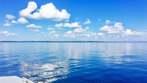 Näsijärven tyyni selkä auringonpaisteessa