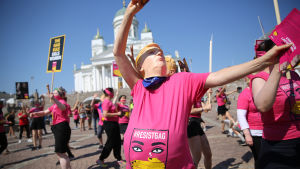 Ihmiset osoittivat mieltään Helsingin Senaatintorilla Trumpin ja Putinin tapaamisen aikaan 16. heinäkuuta.
