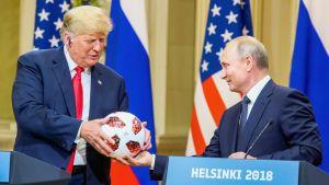 Putin ojentaa Trumpille pallon
