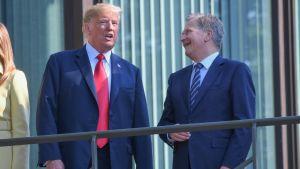 Niinistö naureskelee Trumpin kanssa.