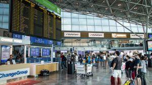 Ihmisiä lentokentän lähtöaulassa.