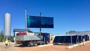 Aurinkokeräinkenttää asennetaan Limingan Aurinkolahden kaukolämpövoimalaan.