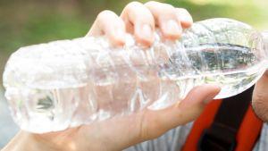 mies juo vettä