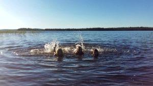 Lapsia uimassa Kuusamon helteessä heinäkuussa 2018.