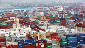 Qingdao on satamakaupunki Shandongin maakunnassa Kiinassa. Konttiliikenne satamassa voi hiljentyä, mikäli Yhdysvallat ja Kiina päätyvät täysmittaiseen kauppasotaan.
