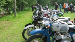 Moottoripyöriä Mallinkaisten kylätalon ruohokentällä
