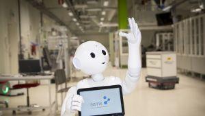 Robotti pitelee tablettitietokonetta.